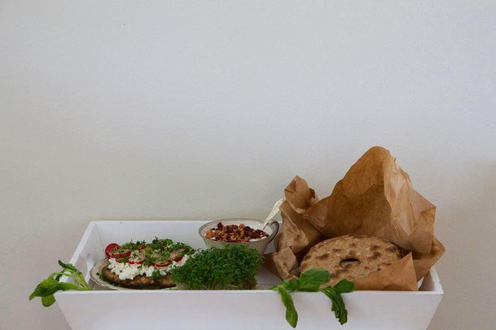 Knäckebröd med keso, krasse och rädisor