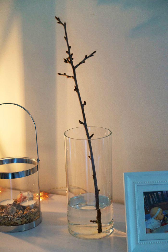 vas med en gren från körsbärsträdet