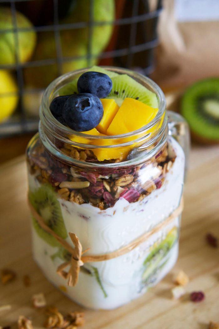 Fil med granola och frukt