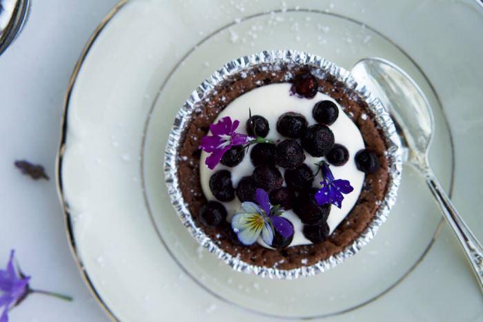 Kladdkakemuffins med vispgrädde och blåbär