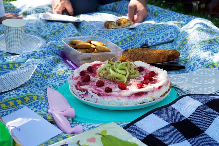 Midsommartårta - recept på en cheesecake med smak av sommar