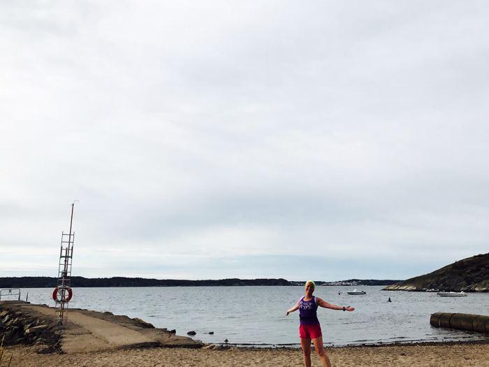 Karin framför havet i Lysekil