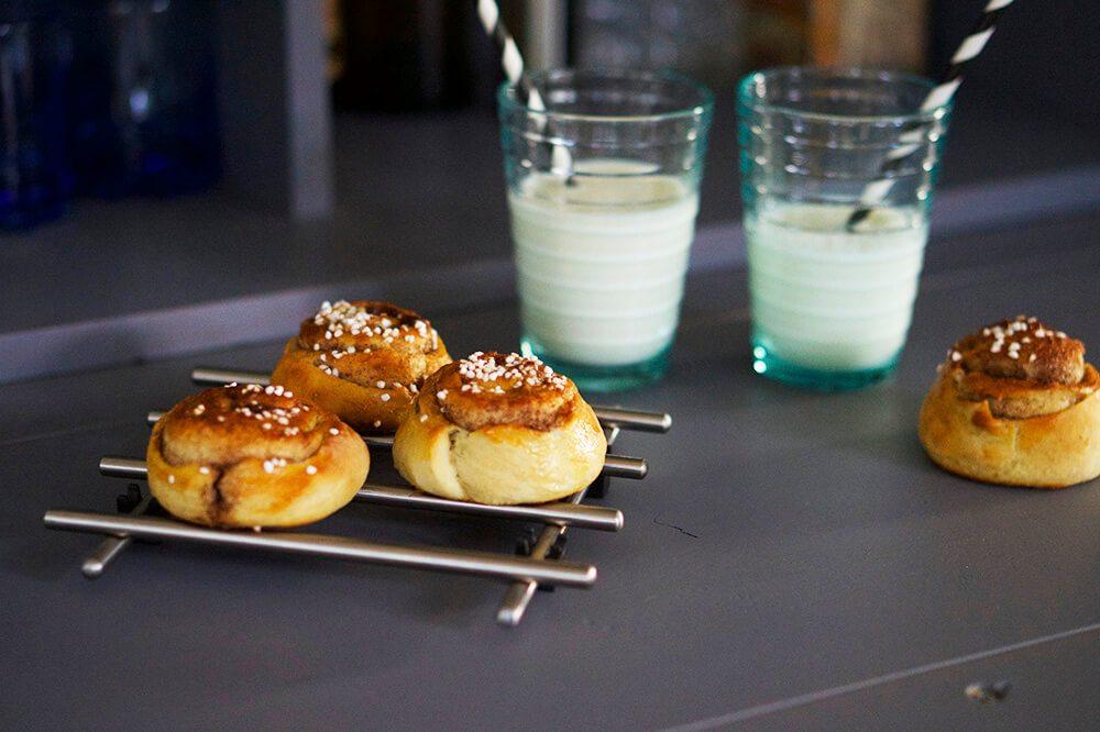 kanelbullar och mjölk på Kanelbullens Dag