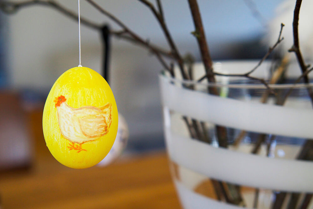 Påskris med fjädrar och ägg