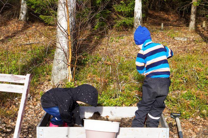 Trädgårdsfix med barnen